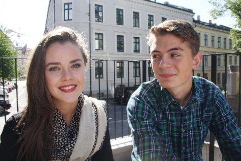 Susanne Boucher (17) og Ole Nicolai M. Jørgensen (16) spiller mot hverandre i Beatles. Vi fikk en prat med skuespillerne og studentene i skolegården på Oslo Katedralskole.