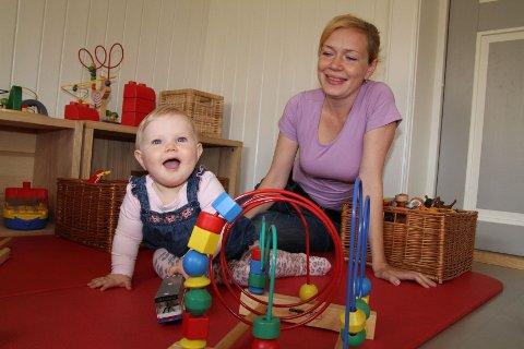 LEK FOR ALLE: Eva Bakke koser seg i åpen barnehage sammen med mamma Olga, nå håper de at flere finner veien til det gratis tilbudet på Tveten gård.