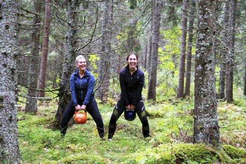 KETTLEBELLS I SKOGEN: Tone Merete Klavenes (til venstre) og venninnen Yvonne Solberg trener mye sammen. Tone Merete slet med alvorlig depresjon for noen uker siden. Etter at hun begynte å trene har hun fått tilbake selvtilliten og troen på seg selv.