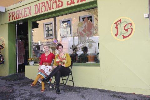 PÅ PLASS: Elise Dingstad og Ellen Marie Garåsen gleder seg over folkelivet og nabolaget nederst i Markveien. Blant typiske Løkka-butikker og -serveringssteder passer Frøken Dianas Salonger perfekt inn, synes fornøyde salongeiere. FOTO: ELLEN RØNNING