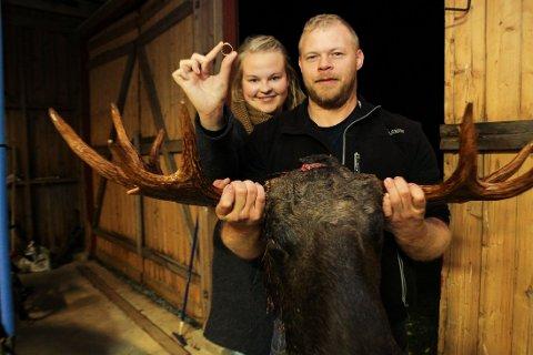LYKKELIG SLUTT: Pål Fredrik Dillerud ble fortvilet da han oppdaget at gifteringen forsvant under vommingen av hans tredje skutte elg. Med hjelp av metalldetektor kunne han og kona Marie Dillerud konstatere at de fortsatt er gift.
