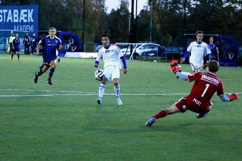 Niklas Castro scorer for Vålerenga mot Stabæk i interkrets G19. Tirsdag spiller gutter 15 sin siste seriekamp. Den må de vinne dersom Vålerenga skal fortsette i interkrets G16.