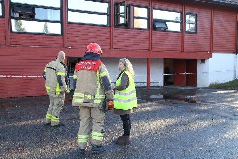 Rektor Marina Badendyck i samtale med brannvesenet etter at det brant i kjelleren i et av byggene på Bjørndal skole søndag kveld. Brannvesenet og krimtekninkere foretok mandag formiddag undersøkelser i bygget.