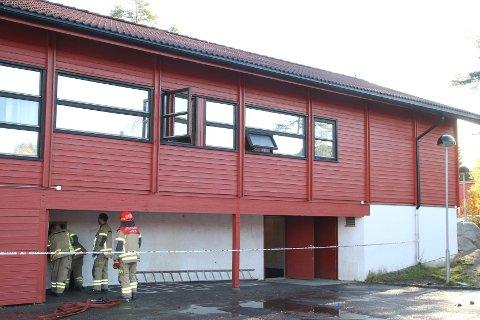 Brannvesenet på plass på Bjørndal skole mandag morgen.