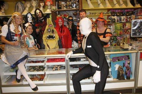EN VANLIG DAG PÅ JOBBEN? Det er ingen ulempe å være litt leken og glad i å kle seg ut når arbeidsplassen er Standard festmagasin. Her har Markedssjef Martine Strømmen Nicolaysen og daglig leder Jan Kingell (foran disken) og et spektakulært knippe kolleger kledd seg opp til Halloween: FOTO: ELLEN RØNNING