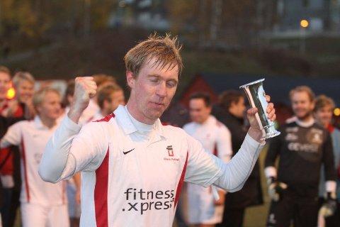 BEVISET: kaptein Anders Ripegutu med pokalen som viser at Ullern vant sin avdeling i 3. divisjon, og er klare for 2. divisjon neste sesong.