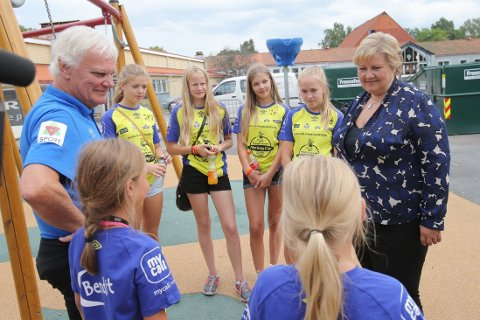 MR. NORWAY CUP: Frode Kyvåg er synonymt med Norway Cup. Her avbildet sammen med noen av deltagerne da statsminister Erna Solberg var på besøk i sommer.