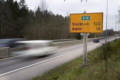 REALT PÅSLAG: I et av anslagene Statens vegvesen har utarbeidet, vil det koste 210 kroner i bompenger for å kjøre på E18 mellom Vinterbro og Ørje – hver vei.