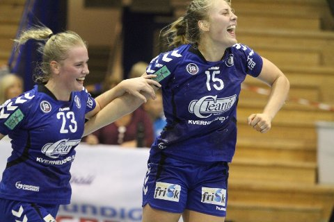 MERE JUBEL: Strekduoen Vilde Mortensen Ingstad (høyre) og Kristin Halvorsen jubler etter at Glassverket ble slått ut i 4. runde.