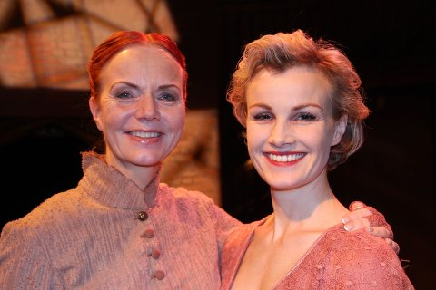 FLOTTE KVINNER: Hønse-Lovisa (Mari Maurstad) og femme fatale Petrina (Lena Kristin Ellingsen) FOTO:ELLEN RØNNING