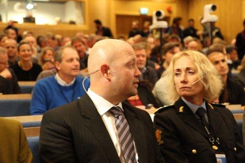 KONFERANSE: Justisminister Anders Anundsen (Frp) og Nina Skarpenes, rektor ved Politihøgskolen, på konferansen om radikalisering og voldelig ekstremisme.