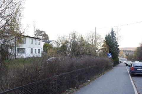 SANDSTUVEIEN: Neptune Properties vil rive eneboliger på tomten til venstre og oppføre leilighetsblokker i stedet. Det er varslet oppstart av reguleringsarbeid. ALLE Foto: Kristin Trosvik