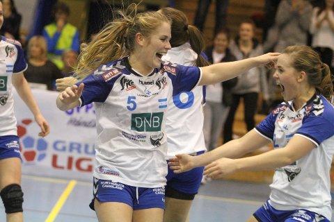 JUBEL: Jenny Osnes Græsholt (venstre) og Mette Leipart jubler vilt etter at Oppsal ble utklasset 31-19.