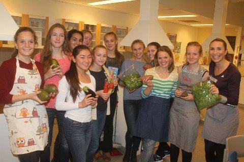 LÆRTE BORT: Ingvill Måkestad Bovim (høyre) og Tone Wigemyr lærte unge BSK´ere å lage sunn og enkel mat.