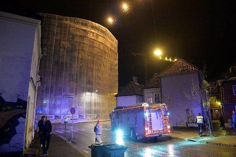 HENGER UT: Stillaset henger ut fra byggets side. Byggene rundt er evakuert.