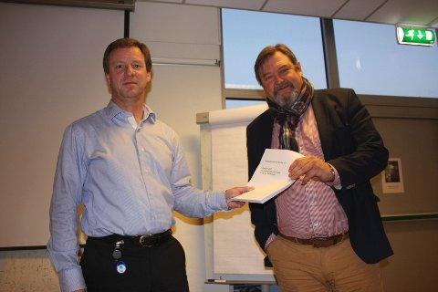 BUDSJETTFORSLAG 2015: Bydelsdirektør Per Morstad (til venstre) overleverer neste års budsjettforslag til leder for bydelsutvalget, Arve Edvardsen.