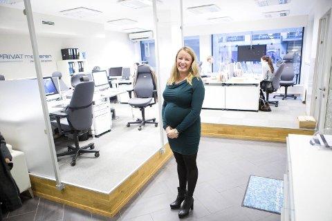 Stine Larsen Sandvik er høygravid og lykkelig. I november solgte hun boliger for 74,5 millioner kroner. Hun har aldri før solgt for så mye i november. -Kjøperne er der, men utbudet er lite, sier hun.