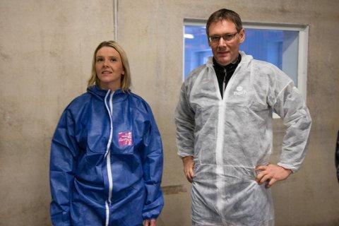 Landbruksminister Sylvi Listhaug og konsernsjef Arne Kristian Kolberg i Nortura under besøket hos en kyllingbonde fredag.