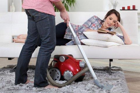 ULIKE OPPGAVER I HJEMMET: Fra gammelt av var det damene som skulle vaske, lage mat og rengjøre. De siste årene har det blitt mer vanlig at menn og kvinner deler husarbeidet.