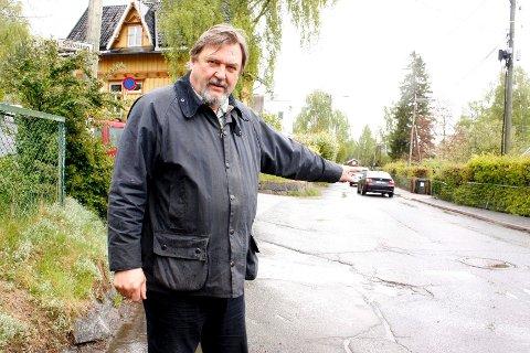 ØNSKER FLERE BOMMER: BU-leder Arve Edvarsen frykter at det blir lekkasjer i stengingen av Solveien og skulle ønske seg en bom til, som her ved inngangen til Solveien fra Holtet.