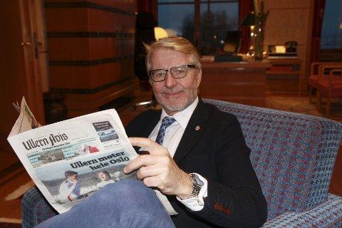 KOSELIG MED PAPIR: Oslos ordfører Fabian Stang blar seg gjennom en god bunke aviser hver dag, og er redd en hovedstad uten lokalaviser betyr at bare de som roper høyest blir hørt. FOTO: ELLEN RØNNING