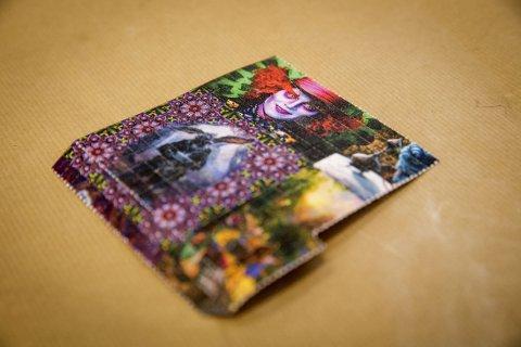 NPS EKSPLODERER: Et perforert ark i postkortstørrelse inneholdende det psykoaktive stoffet 25I-NBOMe ble oppdaget av tollere ved Tollvesenets godsenhet på Oslo lufthavn Gardermoen i november i fjor. Hver rute tilsvarer en brukerdose, så hele papiret inneholder flere hundre doser. Antall beslag av nye psykoaktive stoffer (NPS) sendt med post fra utlandet har eksplodert de siste årene.