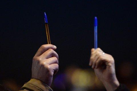 FREDELIG MARKERING: Folk holder penner i været for å hedre de som mistet livet i Paris i dag.