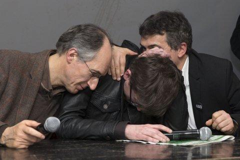 FØLESESLADET: Sjefredaktør Gerard Biard og tegneren Renald «Luz» Luzier og spaltist Patrick Pelloux holdt en følelsesladd pressekonferanse i avisa Liberations lokaler i Paris tirsdag.