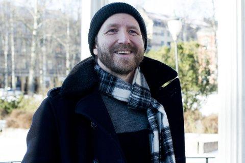 TV: Thom Hell har de siste årene blitt mer vant til media - og er igjen å se på skjermen, denne gang i Hver gang vi møtes på TV 2.