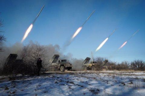 VÅPENHVILE? Pro-russiske opprørere stasjonert i Gorlivka i Donetsk-regionen avfyrer raketter onsdag. Ukrainske tropper startet tilbaketrekningen fra Debaltseve etter at den ble stormet av pro-russiske opprørere.