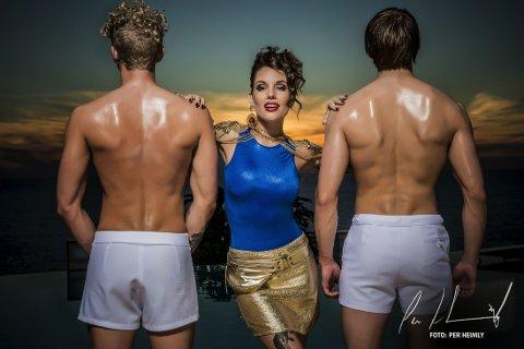 ÅRETS PARADISE-BILDER er tatt av fotograf Per Heimly. Her er Triana Iglesias sammen med to Paradise-deltakere.