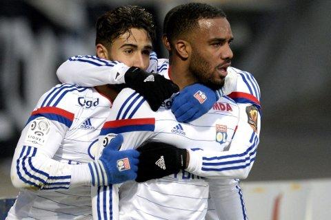 SPISSPAR AVGJORDE: Angrepsduoen Nabil Fekir (til venstre) og Alexandre Lacazette feirer vinnermålet som ga fortsatt tabelltopp i Ligue 1.