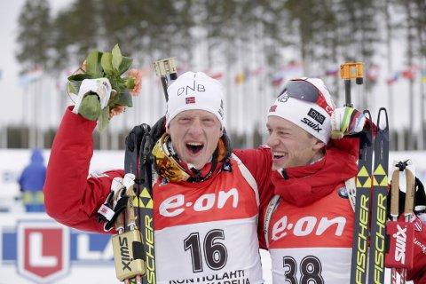 GULL OG BRONSE: Johannes og Tarjei Bø feirer i VM.