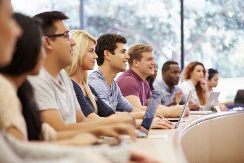 UNDERSØK MULIGHETER: Undersøk alltid skolen du vurderer før du begynner. Det er stor forskjell på kvaliteten i de private skolene. Foto: Colourbox