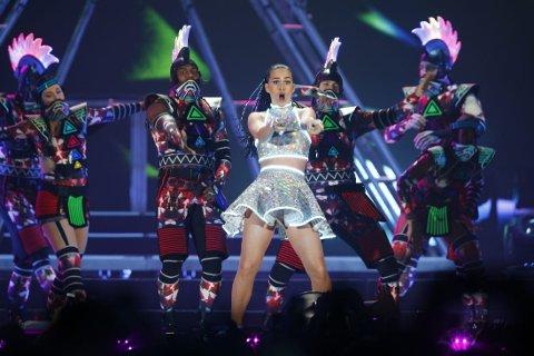 NEONLYS: Katy Perry startet ballet i Oslo Arena med et brak. Her er hun i den todelte minikjolen, kantet med neonlys. Foto: Heiko Junge / NTB scanpix