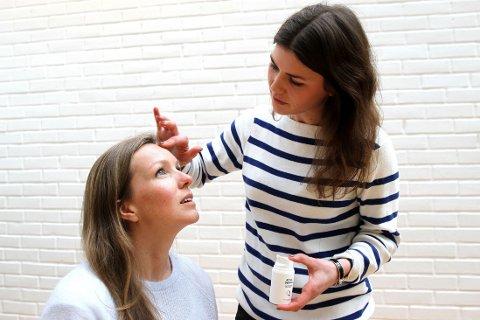 Hud- og kroppsterapeut Pernille Burkhalter demonstrerer hvordan man bør påføre dagkrem - med forsiktige bevegelser. Her viser hun på Kristina Velgaard.