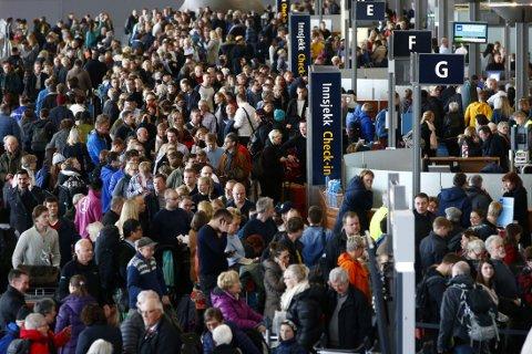 KAOS: Innstilte og forsinkede avganger førte til at mange reisende møtte lange køer på Oslo lufthavn Gardermoen fredag.