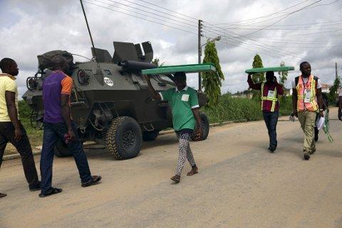 Sikkerhetsoppbudet er stort utenfor valglokalene i Nigeria. Opprørsgruppen Boko Haram skal ha gjennomført flere angrep i landet på valgdagen, blant annet en grufull storming av en landsby nord i Nigeria