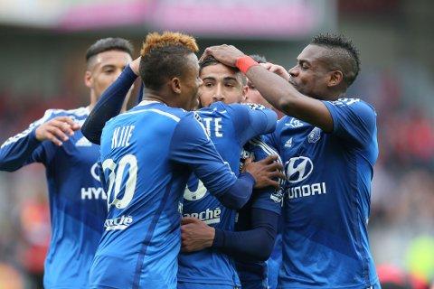 JUBEL: Nabil Fekir (i midten) jubler sammen med lagkameratene etter å ha gitt Lyon ledelsen mot Guingamp på lørdag.