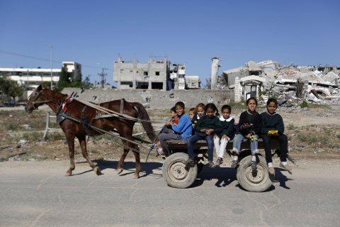 BARNEARBEID: Ifølge HRW dropper flere barn ut av skolen for å jobbe på israelske bosetter-gårder på Vestbredden. Organisasjonen hevder årsaken er israelsk diskriminering og bosetter-politikk, som igjen fører til at fattige palestinske familier ikke ser noe annet alternativ.Disse barna er derimot på vei til skolen (Illustrasjonsbilde)