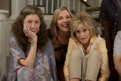 HOMOFILI OG KJÆRLIGHET: I motsetning til «Orange is the new black», som spinner rundt lesbiske kvinner i et kvinnefengsel, fokuserer denne serien på to voksne homofile menn, som forlater sine koner i en alder av 70 år. Foto: Netflix
