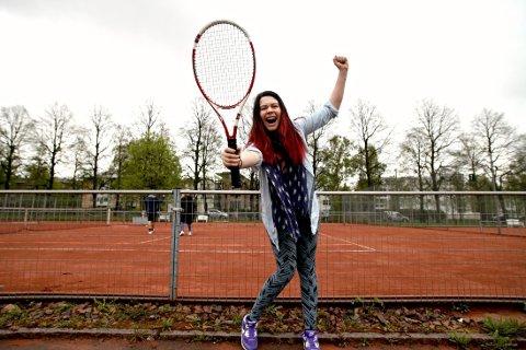 SEIER: Meget fornøyd og full av energi! Det å spille tennis viste seg å være både morsommere og enklere enn forventet. Foto: Side2