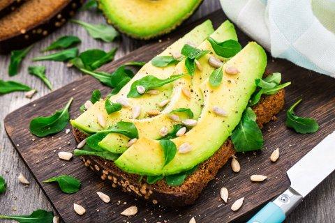 SANDWICH: Avokadoen er populær på både rundstykker og i salater, men nå kan det se ut som vi blir nødt til å begrense forbruket. Foto: Colourbox