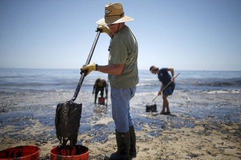 Oljeutslippet fra en rørledning ved Santa Barbara i California er større enn antatt og hele 2.500 fat olje kan ha lekket ut langs kysten. Foto: Reuters / NTB scanpix