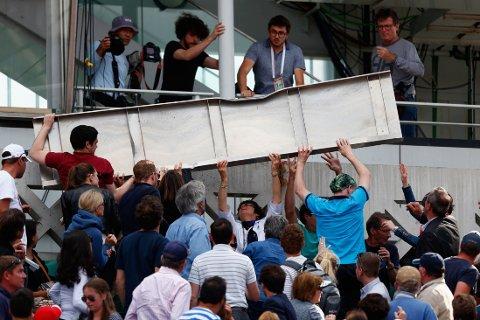 TAKET LØSNET: Det blåste kraftig i Paris under French Open-kampen tirsdag.