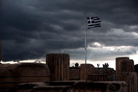 FÅR UTSETTELSE: Et gresk flagg vaier i vinden på Akropolis fredag. Hellas har takket ja til et tilbud om å utsette betalingen av låneavdrag til utgangen av juni.