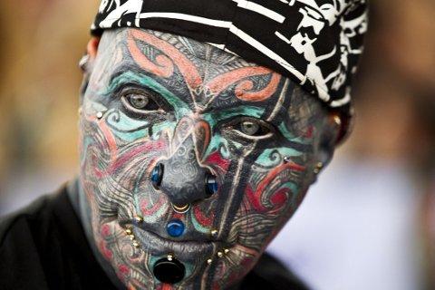 Tyskeren «Magneto» har tatovert store deler av kroppen, til og med øyeeplene. I tillegg har han en lang rekke piercinger.