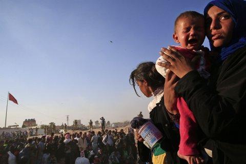 FLEST FRA SYRIA: Krigen i Syria er den enkeltkonflikten som har drevet flest mennesker på flukt. Nærmere 12 millioner syrere har flyktet fra hjemmene sine, de fleste internt i hjemlandet. Bildet viser syriske flyktninger i tyrkiske Akcakale søndag.