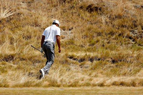 HELT UTENFOR: Tiger Woods leter etter ballen på åttende hull under andre runde i US Open.