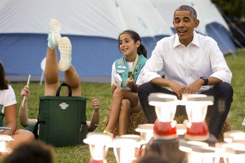 OPS: President Obama sang og fortalte historier med jentespeiderne - før hun ene ble for ukonsentrert og falt bakover.